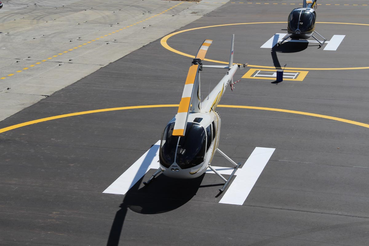 Робинсоны Авиакомпании Heliport-M на парковке